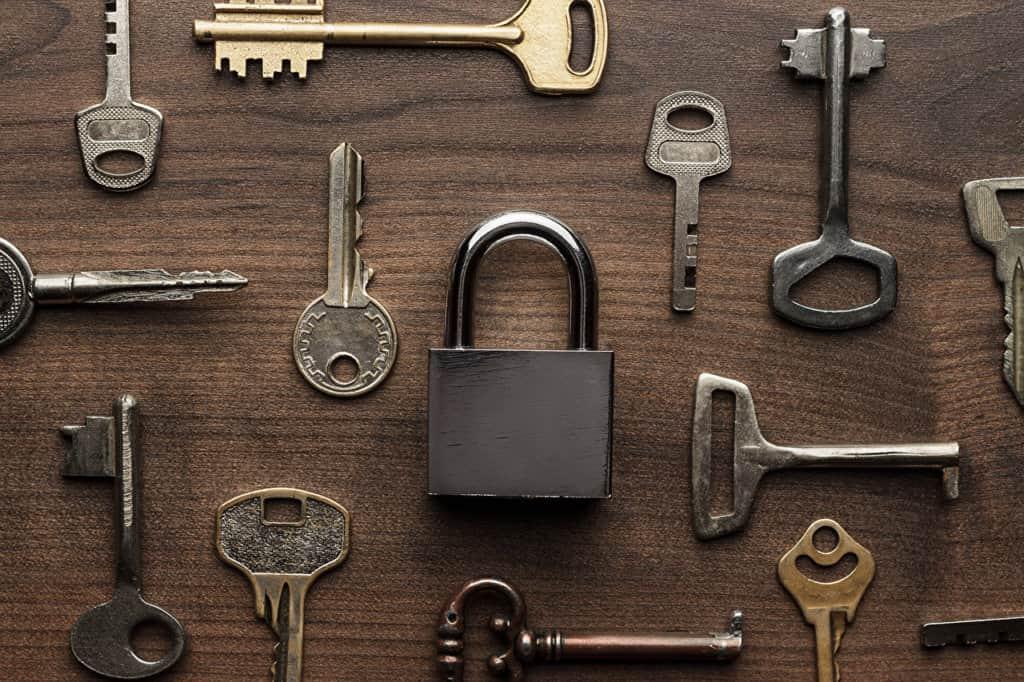clés et cadenas posé sur un plan en bois
